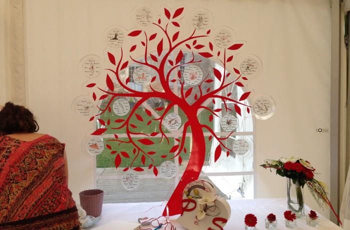 arbre en plexi avec adhésif rouge